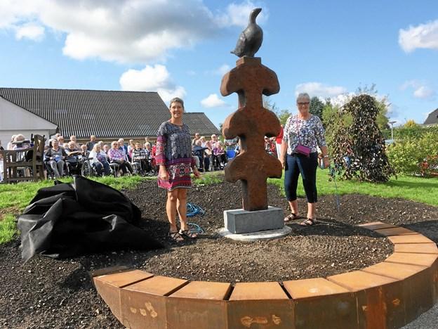 Inge Lunden (tv) og Dorte Kaasgaard fra kunstgruppen i Suldrup afslører skulpturen, der er blevet navngivet Fjordhønen. Privatfoto