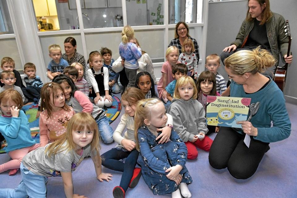 Limfjordsbørnehaven modtog skiltet der viser at den er Sangglad børnehave. Det første år er gået i projektet der varer til 2020. Foto: Ole Iversen Ole Iversen