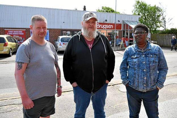 Kunderne Mike Dittmann (t.v.), Jan Christensen og Florence Masai er frustrerede over, at butikken på Refsvej lukker,Foto: Peter Mørk