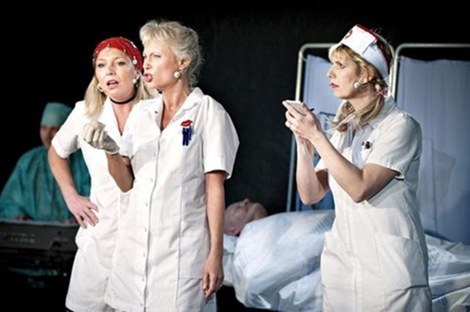"""Et nummer fra Amburevyen gav de tre den gennemgående ide til """"Birdie Sisters i Coma""""."""