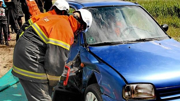 Thyholm Brandvæsen demonstrerede hvordan man med noget dertil lavet kraftigt grej skiller en forulykket bil ad så man på mest lempelig vis kan få en tilskadekommen person ud. Foto: Hans B. Henriksen Hans B. Henriksen