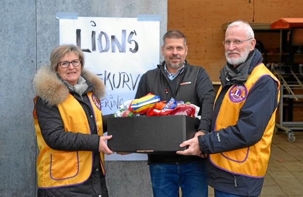 Hanne Eliasen, Rene Larsen og Mogens Mortensen med en kasse julehjælp.   Privatfoto