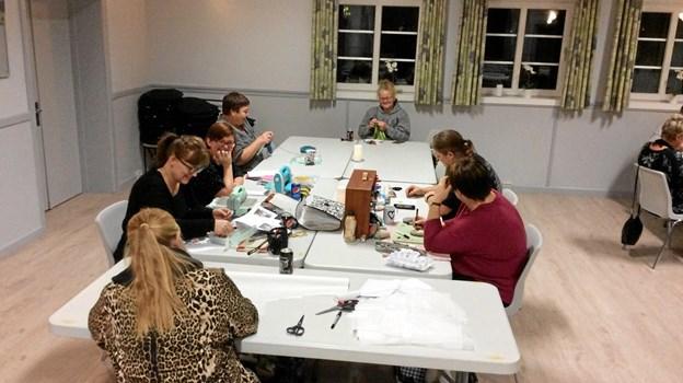 Den kreative klub i Valsgaard er kommet godt fra start og har plads til flere omkring bordet. Privatfoto