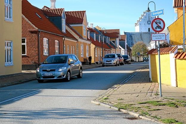 Skilt ved indkørsel til Strandgade der ligger i forlængelse af Algade, viser at indkørsel forbudt for motorkøretøj, stor knallert, traktor og motorredskab. Foto: Tommy Thomsen