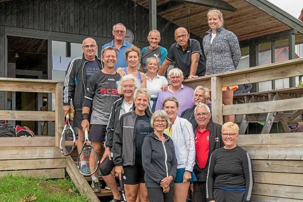 Der kom mange gratulanter, tidligere og nuværende medlemmer til Sindal Tennisklubs 40 års jubilæum. Efter receptionen spillede udvalgte medlemmer om årets klubmesterskaber i dame-/herresingle og mixdouble. Foto: Niels Helver
