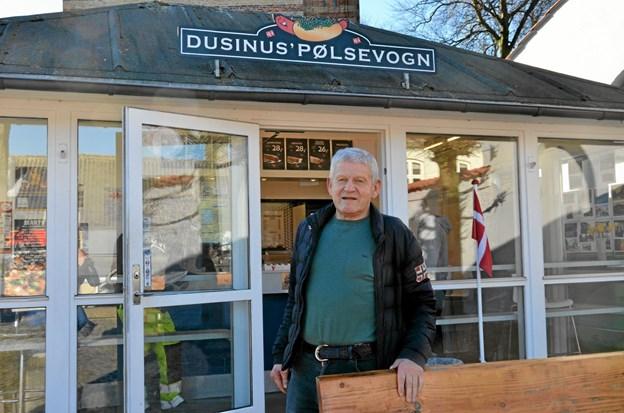 Hans Jørgen Andersen har stået i spidsen for Dusinus Pølsevogn i 40 år. Foto: Jesper Bøss