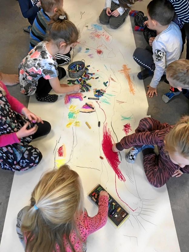 Vi maler, udforsker, snakker og lærer om det, der er inden i kroppen. Børnehaven Teglgården i Viborg har kroppen som tema i Art EQUAL. FOTO KULTURPRINSEN