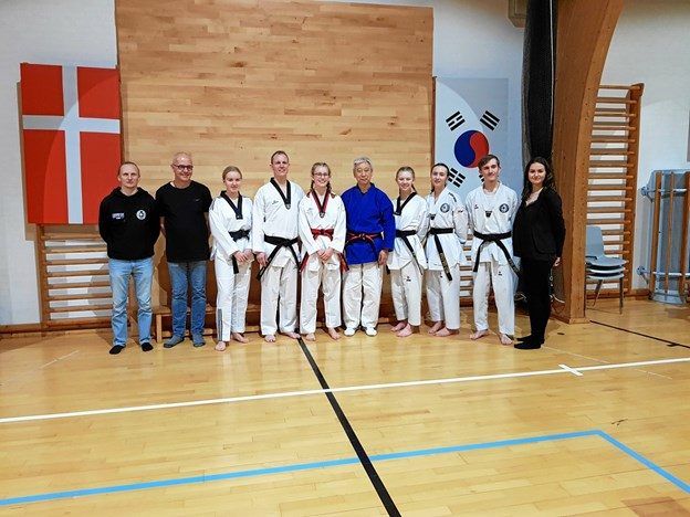 De nye bælter sammen med fra venstre træner Kristian Nedergaard Jensen, instruktør John Christensen, træner Lotte Christensen (yderst til højre) og med Master Koo i midten.Privatfoto