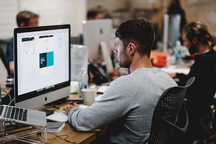Flere virksomheder outsourcer i dag bogføringen online