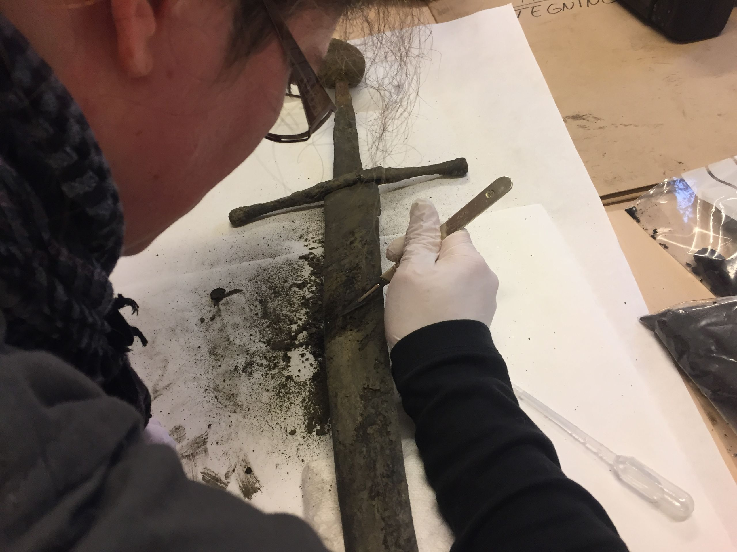 Nu kan du se konservatoren arbejde på det sensationelle våbenfund fra Algade. Foto: Aalborg Historiske Museum