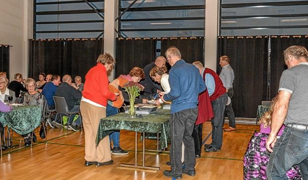Maden kom på bordet, så snart var der gang i både snakken og hygge sig sammen til fællesspisningen. Foto: Mogens Lynge