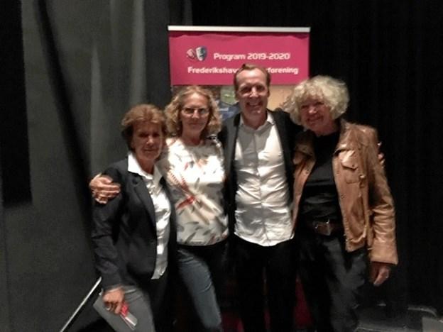 På billedet ses Jacob Morild omgivet af Jette Lyng, Lilly Pedersen og Rita Giversen – glade gæster på besøg. Privatfoto.