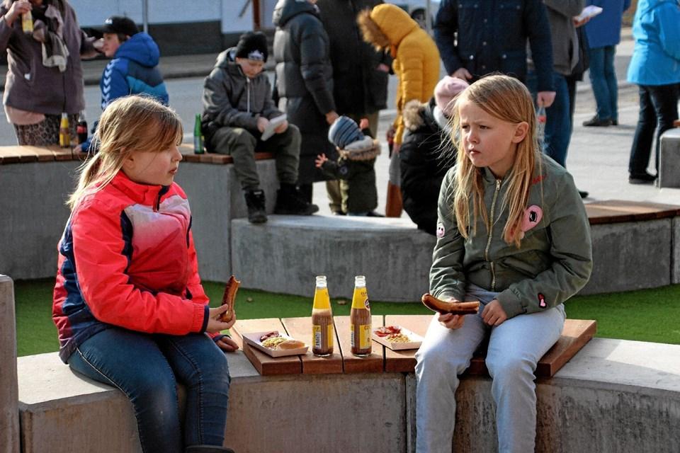 Også børnene nød en pølse og en kakaomælk. Foto: Hans B. Henriksen Hans B. Henriksen