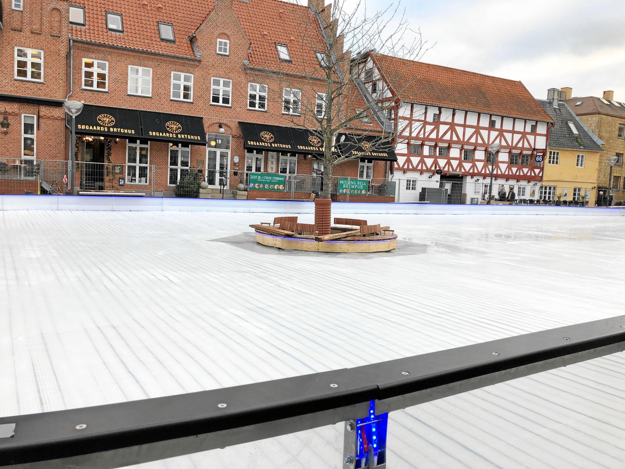 Der er blevet arbejdet på højtryk for at få skøjtebanen gjort klar til åbningen. Der er således blevet nedlagt ikke mindre end ca. 47 kilometer kølerør for at få den helt rigtige isbelægning. Foto: Aalborg Kommune