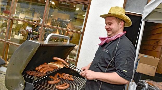 Morten Vad Andersen. medejer af Slagteren på Møllevej, havde travlt med salg af de saftigste pølser fra grillen. Foto: Ole Iversen Ole Iversen