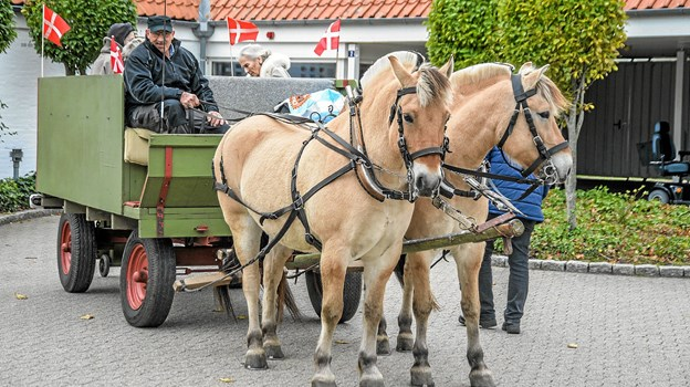 Vognen, med de to Nordbagger foran klar til afgang fra Røde Kors Hjemmet i Løgstør. Foto: Mogens Lynge