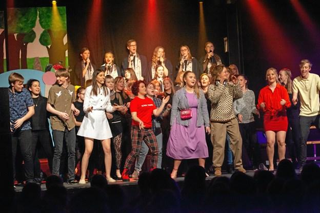 """Eleverne på Fjerritslev Gymnasium havde knoklet for at blive klar til at opføre musicalen """"Fortrydelsen"""". Men det var alt det hårde arbejde værd. ?Foto: Mattias Bodilsen"""
