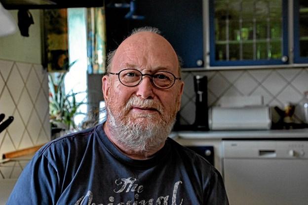 Bladets udsendte fik en hyggesnak med Æ' Holm ved køkkenbordet hjemme hos ham på Jegindø. Foto: Hans B. Henriksen