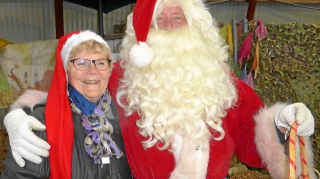 """Heldigvis nåede julemanden frem til """"December Bazar"""" i Skelund. Rensdyrene må have trukket godt i kanen for at få deres fortravlede herre hjem fra møde i EU-Parlamentet dagen forinden, men det lykkedes, og mange bazar-gæster og -kræmmere kunne glæde sig over at hilse på julemanden."""