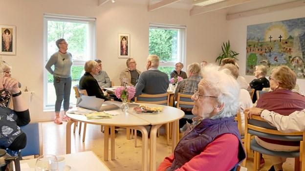 Lene Gabel Nielsen fortæller om sine tanker og om arbejdsprocessen med det store filtede fortælletæppe over for de omkring 50 deltagere i ferniseringen. Foto: Ejgil Bodilsen