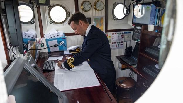 Skibet er fra 1920'erne, men August Jansson og hans kollegaer bruger moderne navigationsudstyr, selvom de også mestrer den gammeldags metode med kompas og kort. Foto: Lasse Sand