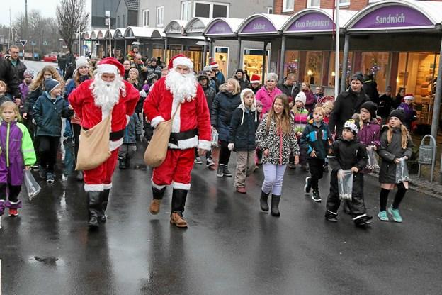 De to rare julemænd havde poserne fyldt med karameller til børnene som de strøede rundhåndet ud af. Foto: Ole Nielsen Ole Nielsen