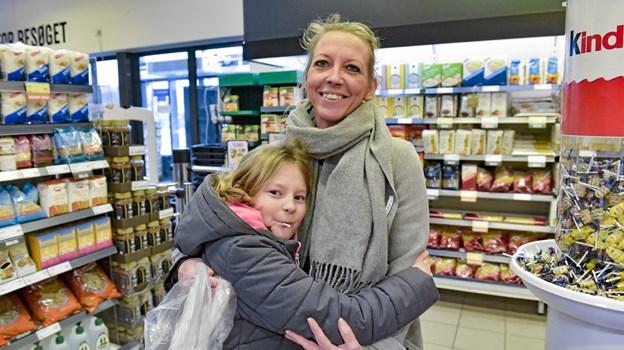 Lene Koldtoft og datter Elizza: Det er superærgerligt at vi mister MENY. Ikke at Netto ikke er en OK butik. Men vi har allerede en discount i Hurup og vi finder aldrig det udvalg som vi har nu. Det gælder ikke kun kød. I MENY har jeg altid kunnet finde det lækre til gæsterne eller til weekend. Og til mange priser.Foto: Ole Iversen Ole Iversen