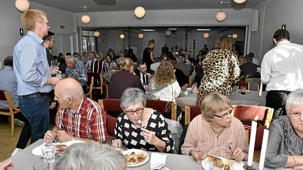 En hyggelig eftermiddag for de mange gæster hos Gurli på Hotel Vilsund Strand Foto: Ole Iversen