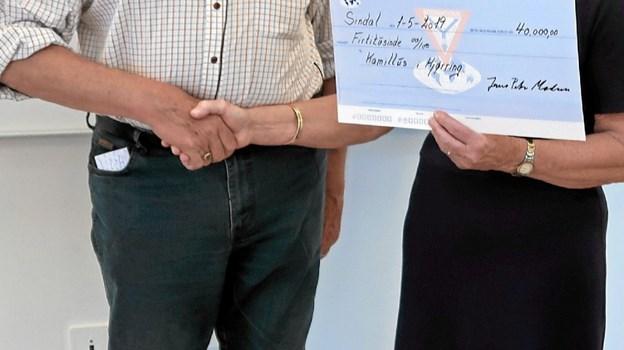 Børge Kallehauge overrækker en check på 40.000 kroner til frivilligkoordinator Inger Larsen fra Kamillus Hjørring. ?Foto: Privatfoto