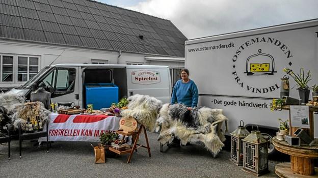 Smagsprøver på lammekød og flotte skind fra Trine fra Spirelyst. Foto: Mogens Lynge Mogens Lynge