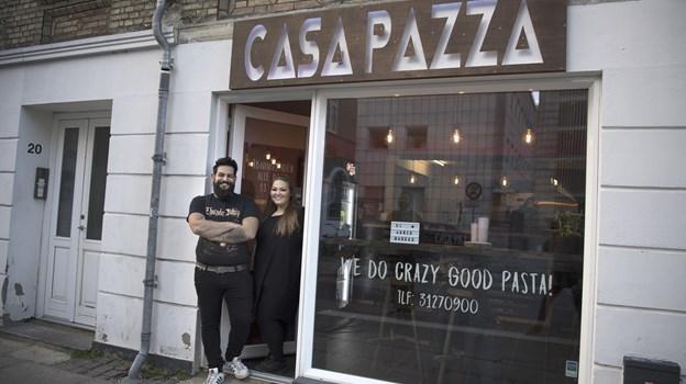 Mike Luca og Ann-Britt Pedersen fejrer, at de første måneder er gået godt. Det gør de med gratis pasta på tirsdag. Arkivfoto: Mette Nielsen