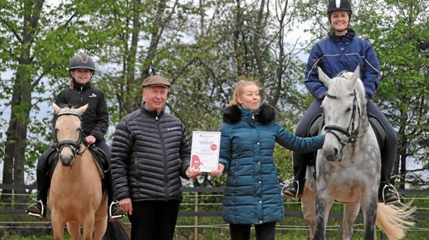 Ved indvielsen af Sportsrideklubben Mariagerfjords indvielse af den nye ridebane ses stående klubformand Rikke Frederiksen samt Per Houmand fra Himmerlands Forsikring. Privatfoto