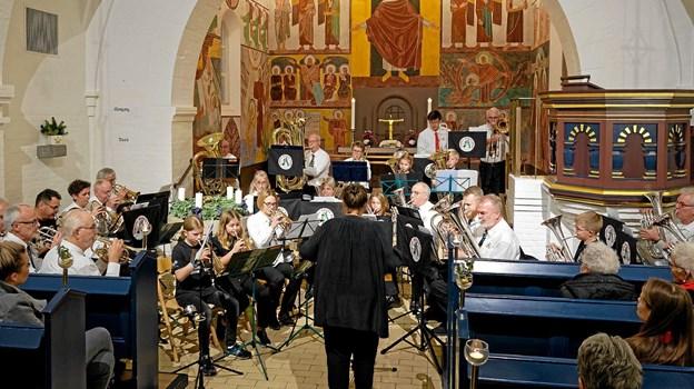 """Sammen og hver for sig spillede Sindal Skoleorkester og Sindal Brass Band mange af julens melodier som """"Juleklokker"""" arrangeret af Erik Silfverberg og af dirigeret af Kristina Hansson. Foto: Niels Helver Niels Helver"""