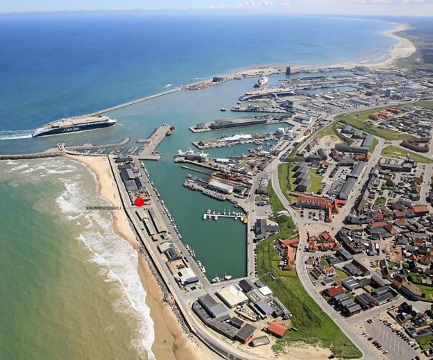Det røde prik på fotoet af havnen var den tænkte placering af udkigstårnet i 2014. Nu vil Vesthavnsgruppen revurdere projektet med en anden placering ved Tværmolen.  Luftfoto: Hans Hunnerup