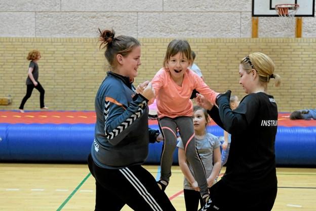 Mens nogle laver øvelser på den store hoppepude, bliver andre trænet af Michelle Rossel Nielsen og Diana Olesen i korrekt nedspring. Foto: Niels Helver Niels Helver