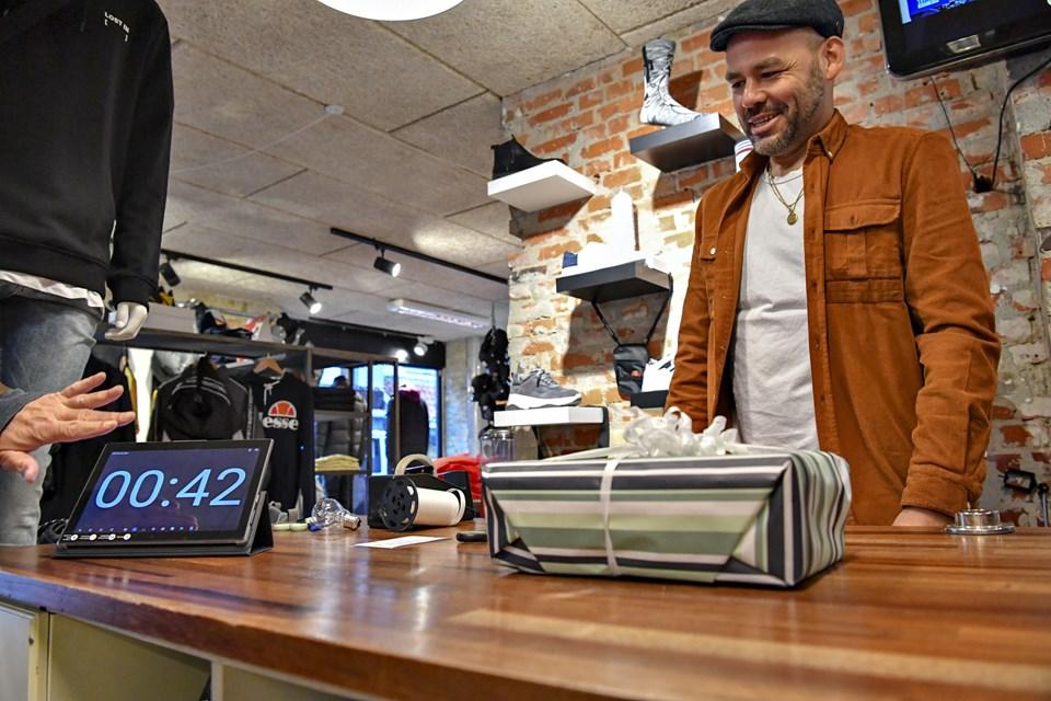 Byens hurtigste pakkenisse er butiksejer Nicolai Sthyr-Nielsen, der ud over at være hurtig også lavede en flot pakke i butikken Støj. Se butikkernes individuelle tider og straftider i artiklen.Foto: Kurt Bering