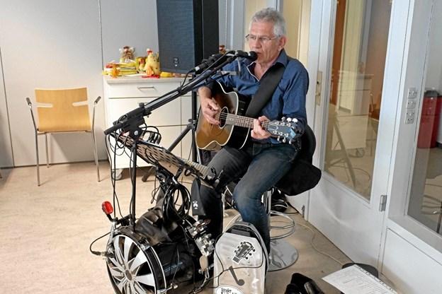 Chris Borup spiller populær musik fra dengang farfar var ung til glæde for beboerne på Vendelbocentret. Foto: Niels Helver