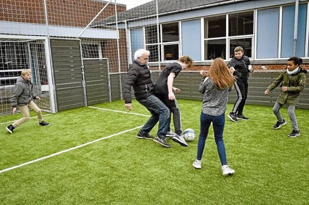 Tidligere lærer på Hanstholm Skole og eksborgmester i Hanstholm, Ejner Frøkjær, var frisk på at afprøve kunstgræsset i multibanen. Ole Iversen