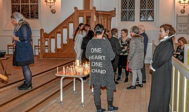 Man kunne tænde et lys - eller skrive en bøn, eller tage en sten, som minde om aftenen. Foto: Mogens Lynge Mogens Lynge