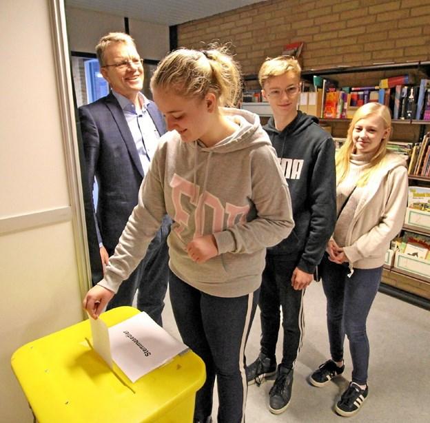 Anna Bastholm Mølgaard afgiver her sin stemme ved Skolevalg 2019 overvåget af bl.a. borgmester Mikael Klitgaard.Foto: Jørgen Ingvardsen