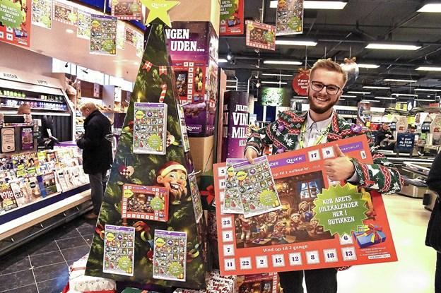 Anders Blaabjerg, Føtex i Thisted, tager i hele november måned sin noget specielle julejakke på - for at sælge flest muligt med juleskrab som sin afsluttende butikselevkampagne. Foto: Ole Iversen