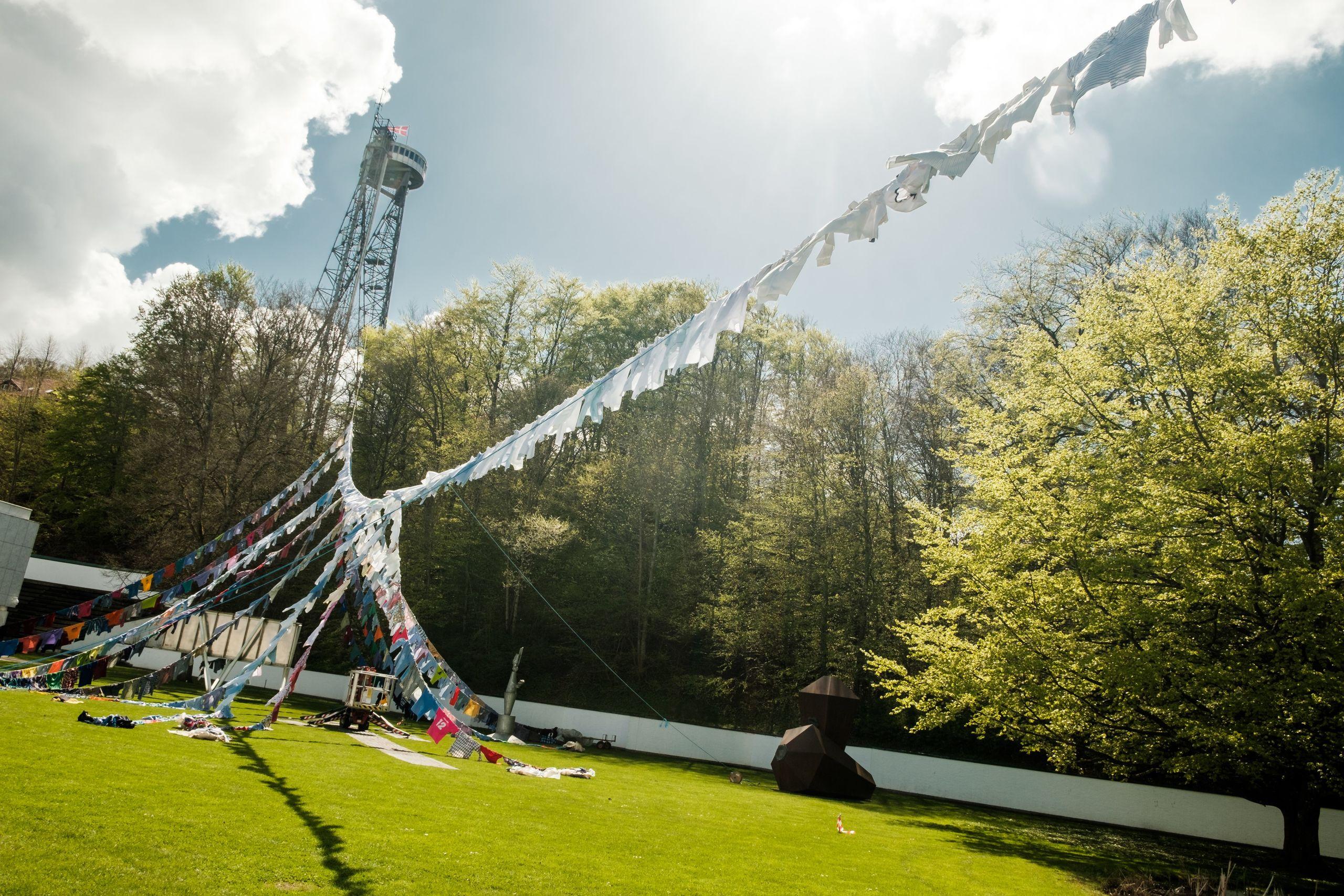 Der er en hovedwire fra Aalborgtårnet til Kunstens have. Foto: Lasse Sand