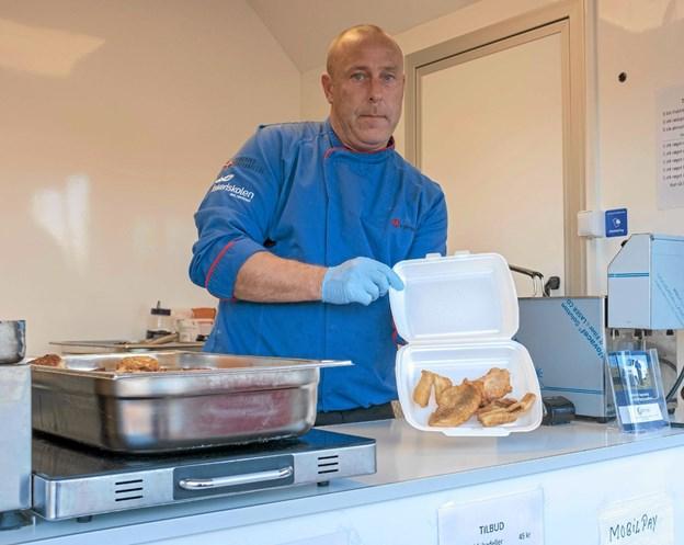 På lørdag den 22. december kommer Flemming Pedersen med Fisketeriaet til Sindal. Der er salg af nystegte fiskefileter og fiskefrikadeller, lige klar til frokostbordet. Foto: Niels Helver