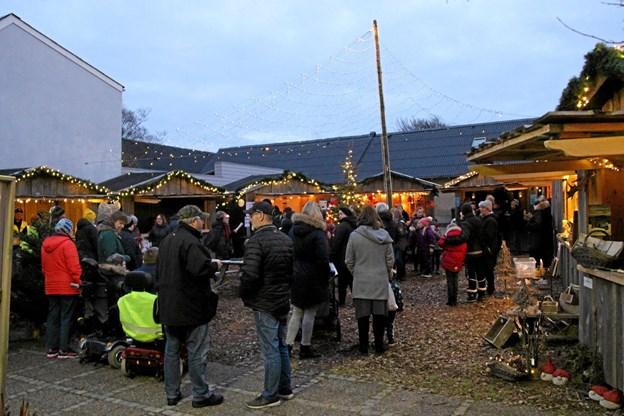Hygge ved Konditorpladsen, hvor mange havde lagt vejen forbi. Foto: Hans B. Henriksen Hans B. Henriksen