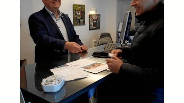 Feriegæsterne på Sol og Strands kontor i Blokhus fik en varm velkomst af borgmester Mogens Chr. Gade.Privatfoto