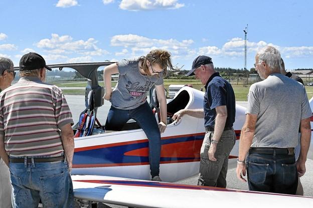 """Lilli Lauridsen fra Herning får hjælp af Per Horn for at kunne komme ud af hans Shark flyver. Han gav blandt andet en flot flyvetur rundt om en hvid sky over Thy. Men også udsigten til Norge, var et """"højdepunkt"""".Foto: Ole Iversen"""