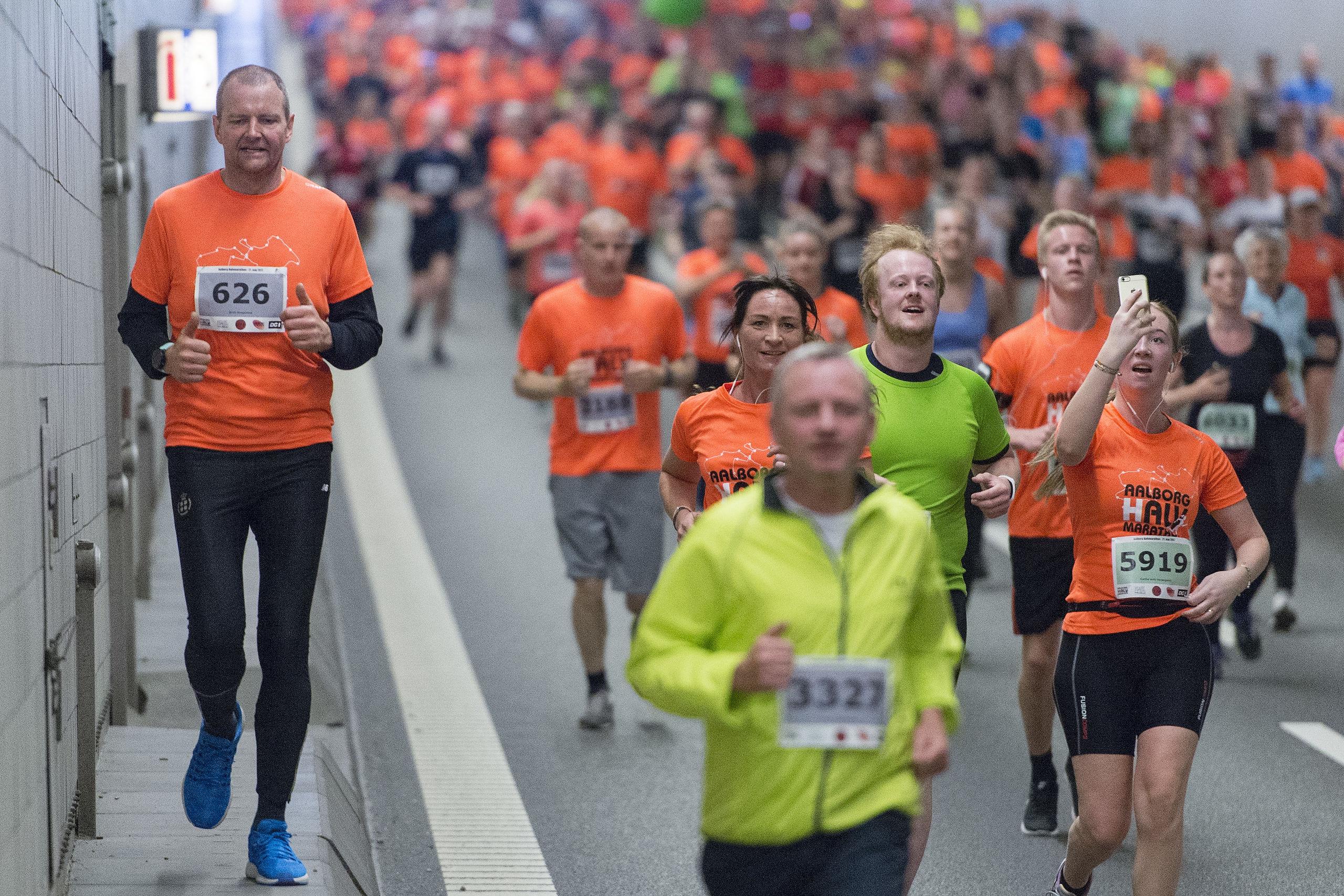 Aalborg Halvmarathon er blandt andet kendetegnet ved, at løberne skal igennem Limfjordstunnelen. Arkivfoto: Henrik Bo