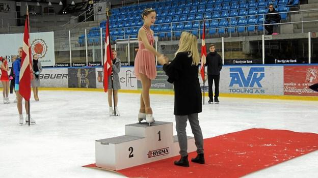 Babeth fik sin medalje overrakt af borgmester Birgit Hansen ded det Jysk-Fynsk Mesterskab og Jyllands Cup i Iscenter Nord i november. Nu har hun slået sin egen rekord fra november.