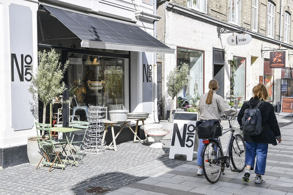 Nørregade er for alvor ved at blomstre op på ny, og derfor er det også det oplagte sted for No 5 Brocante, hvis du spørger indehaverne. Foto: Michael Koch