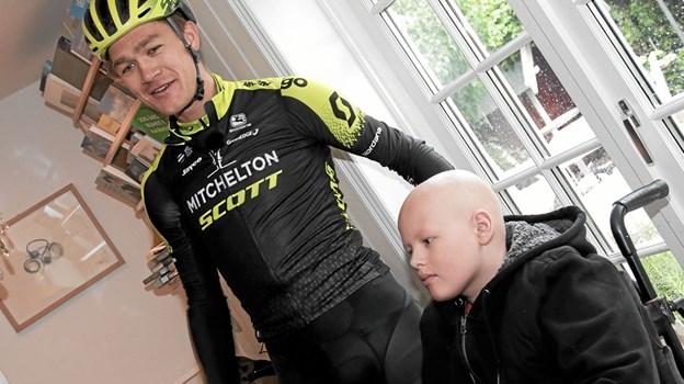 Sebastian Lindholm Bøgh der lige var udskrevet efter et langt behandlingsforløb på Skejby Sygehus, havde Christopher Juul-Jensen opmærksomhed. Foto: Peter Jørgensen